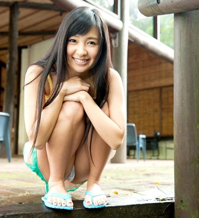 【しゃがみ込みパンチラエロ画像】しゃがみ込んだ女の子の股間に注視!パンチラしとるやんけw 16