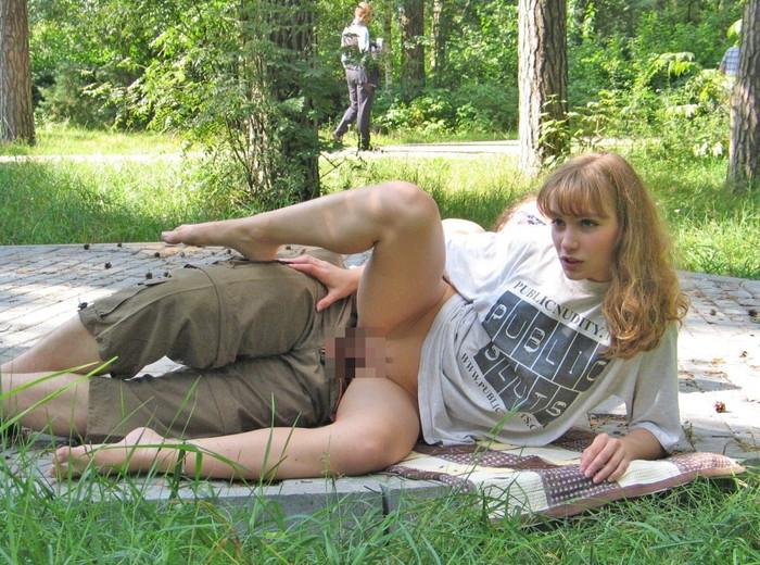 【海外青姦エロ画像】海外カップルがこんなところでもセックスしているだと…!? 13