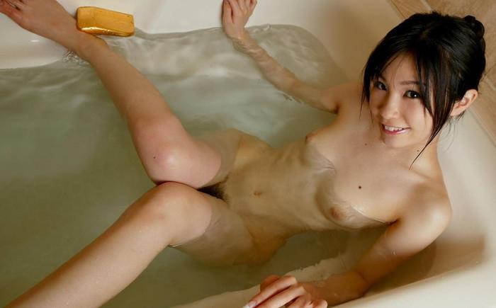 【入浴エロ画像】スベスベの肌を滴る水の雫になりたい!入浴中の女の子! 07