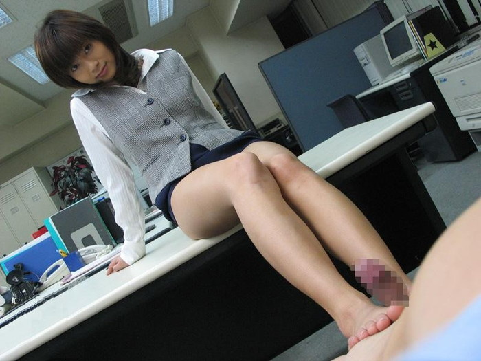 【足コキエロ画像】女の子が脚を使ってチンポをシコシコ!?足コキプレイww 26
