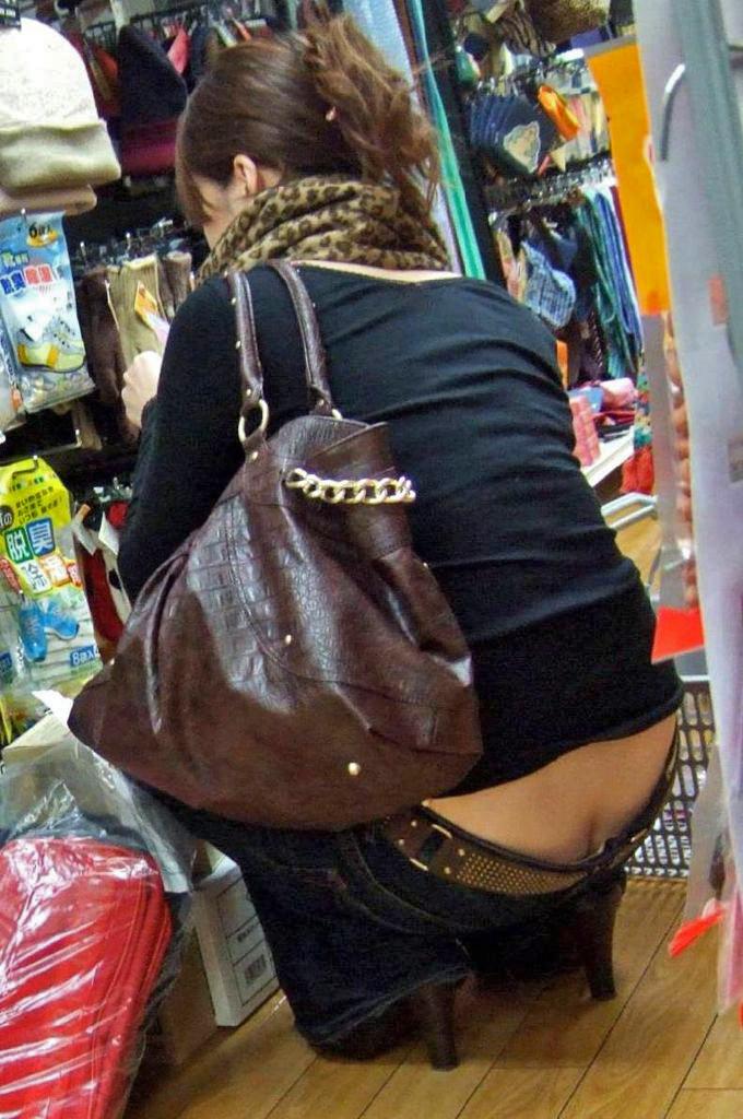 【ローライズエロ画像】ローライズファッションでパンチラしまくり女子の現状www 21