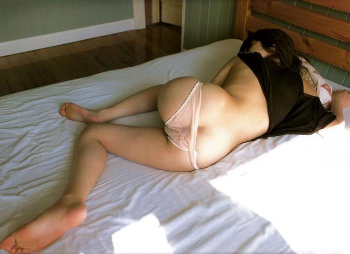【半ケツエロ画像】お尻の半分がまるっと見えてしまっている半ケツ女の画像集めたったw