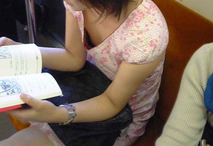 【胸チラエロ画像】電車の中でゆるんだ緊張、露わになった胸元狙ってみたwww