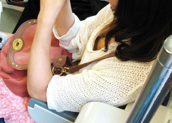 【胸チラエロ画像】電車の中でゆるんだ緊張、露わになった胸元狙ってみたwww 01