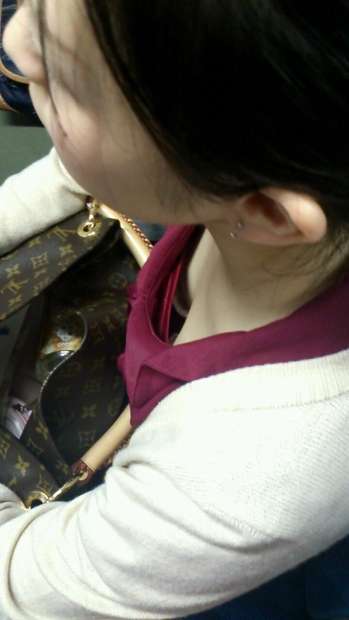 【胸チラエロ画像】電車の中でゆるんだ緊張、露わになった胸元狙ってみたwww 08