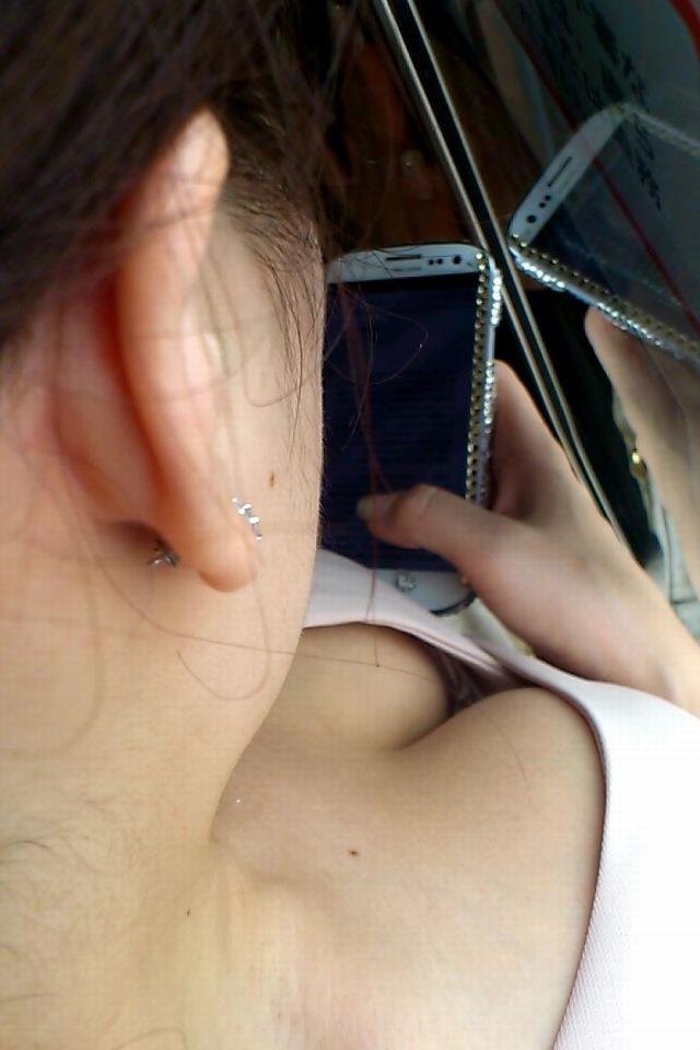 【胸チラエロ画像】電車の中でゆるんだ緊張、露わになった胸元狙ってみたwww 10