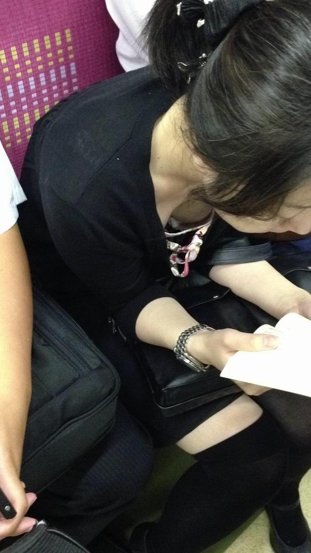 【胸チラエロ画像】電車の中でゆるんだ緊張、露わになった胸元狙ってみたwww 14