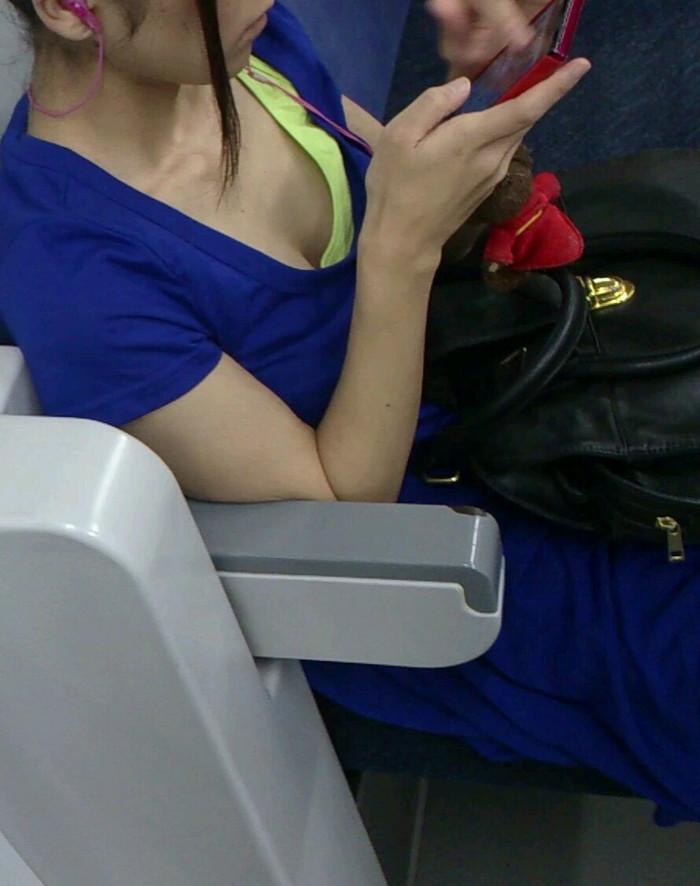 【胸チラエロ画像】電車の中でゆるんだ緊張、露わになった胸元狙ってみたwww 16