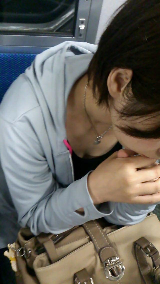 【胸チラエロ画像】電車の中でゆるんだ緊張、露わになった胸元狙ってみたwww 20