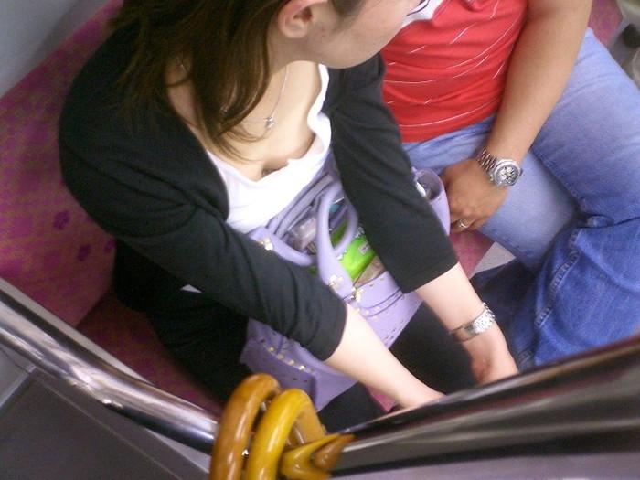 【胸チラエロ画像】電車の中でゆるんだ緊張、露わになった胸元狙ってみたwww 22