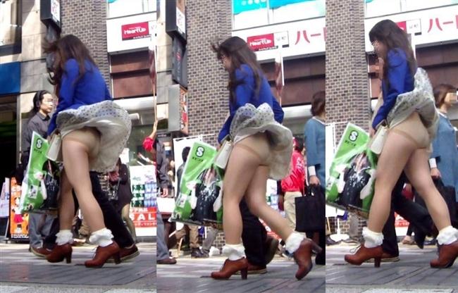 【街撮りパンチラエロ画像】街中でパンチラしている素人娘見つけた→激写!ww