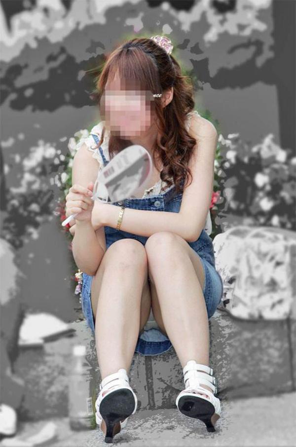 【街撮りパンチラエロ画像】街中でパンチラしている素人娘見つけた→激写!ww 02
