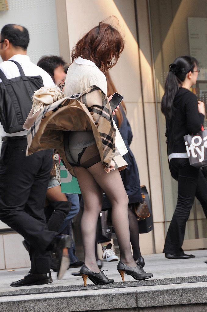 【街撮りパンチラエロ画像】街中でパンチラしている素人娘見つけた→激写!ww 06