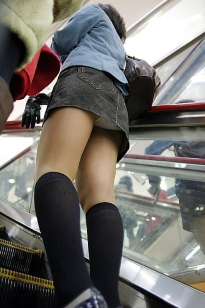 【街撮りパンチラエロ画像】街中でパンチラしている素人娘見つけた→激写!ww 08