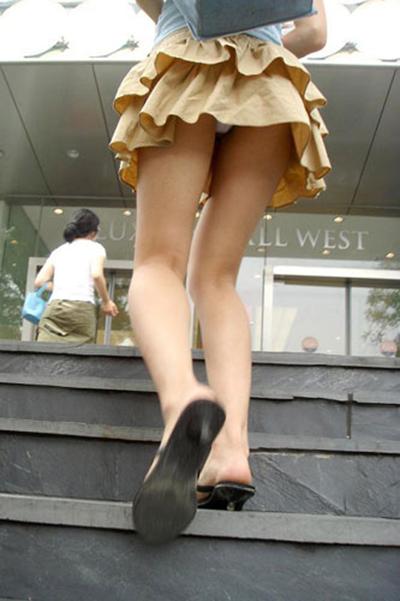 【街撮りパンチラエロ画像】街中でパンチラしている素人娘見つけた→激写!ww 11