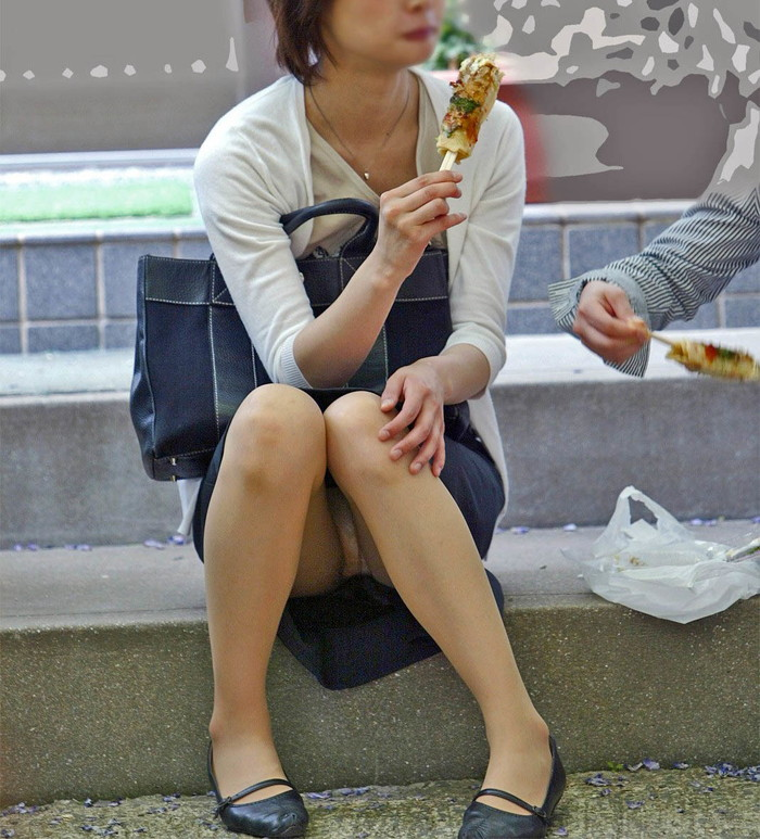 【街撮りパンチラエロ画像】街中でパンチラしている素人娘見つけた→激写!ww 12