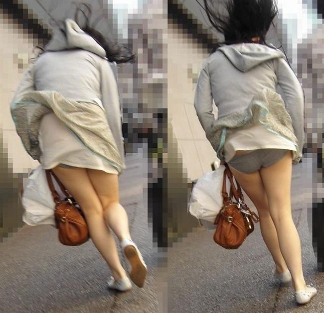 【街撮りパンチラエロ画像】街中でパンチラしている素人娘見つけた→激写!ww 16