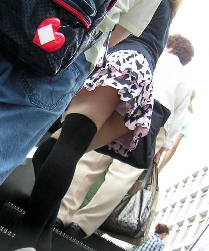 【街撮りパンチラエロ画像】街中でパンチラしている素人娘見つけた→激写!ww 19