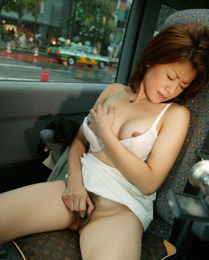 【車内露出エロ画像】車内でエロ行為!野外露出はムリでも車内ならこんなに大胆ww 23