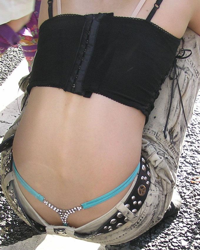 【ローライズエロ画像】パンチラ、尻チラ不可避のローライズとかいうファッションwww 09