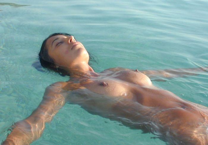 【ヌーディストビーチエロ画像】明るい太陽の下で堂々と全裸になれるビーチがこちらw 表紙
