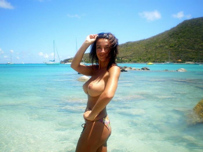 【ヌーディストビーチエロ画像】明るい太陽の下で堂々と全裸になれるビーチがこちらw 16