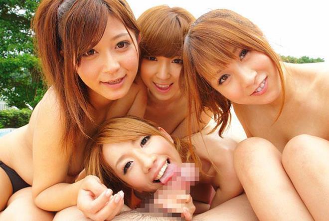 【ハーレムエロ画像】複数人の女の子を囲って裏山すぎるプレイ!おい!代われ!! 14