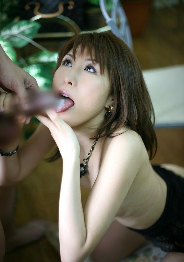 【口内発射エロ画像】口内で男の欲望の汁をたっぷりと吐き出された女の子たち! 13