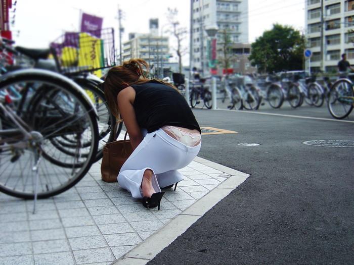 【ローライズエロ画像】パンチラ不可避!?のファッションがこちらローライズw 01