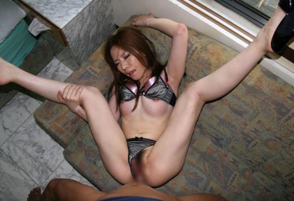 【ソファーセックスエロ画像】ソファーの上でセックスに励むカップルたちのエロ画像 10