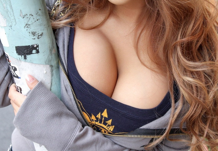【谷間エロ画像】巨乳に付き物なのはコレ!着衣の上からでも楽しめる谷間w