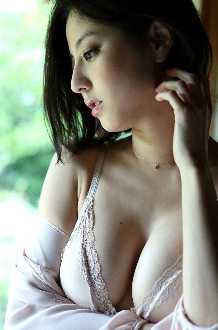【谷間エロ画像】巨乳に付き物なのはコレ!着衣の上からでも楽しめる谷間w 01