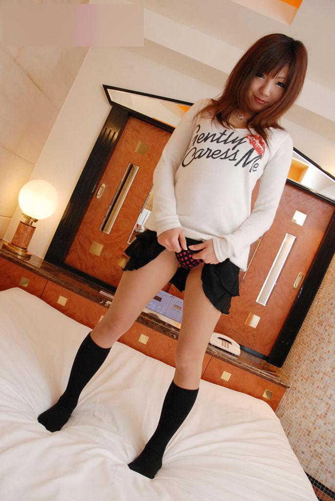 【セルフパンチラエロ画像】女の子がスカートを捲り上げてパンチラ披露とかwww 24