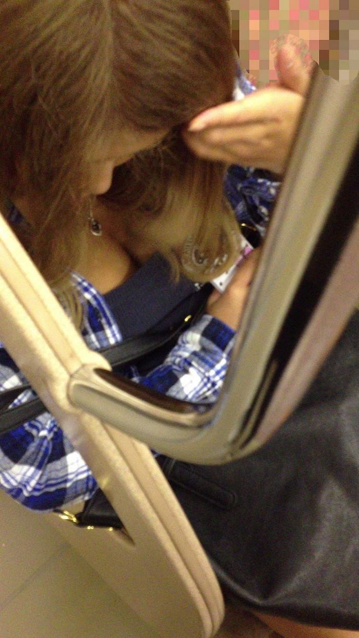 【電車内胸チラエロ画像】電車の中で油断している素人娘の胸チラ狙った結果! 表紙