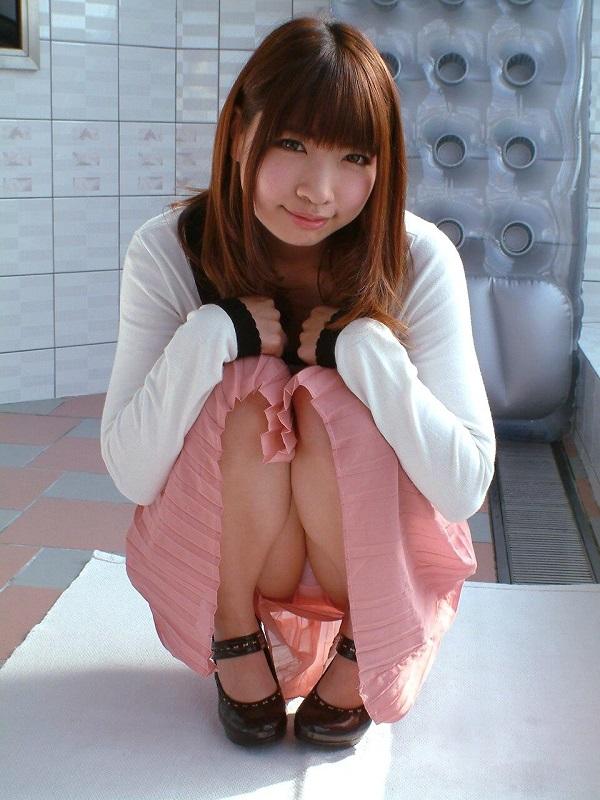 【しゃがみ込みパンチラエロ画像】しゃがみ込んだ女の子の股間から視線がそらせないww 09