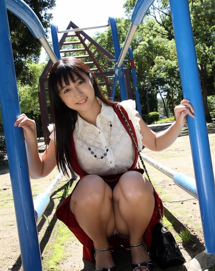 【しゃがみ込みパンチラエロ画像】しゃがみ込んだ女の子の股間から視線がそらせないww 11