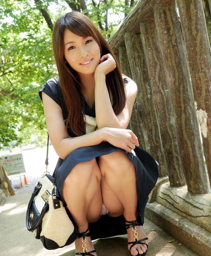 【しゃがみ込みパンチラエロ画像】しゃがみ込んだ女の子の股間から視線がそらせないww 13