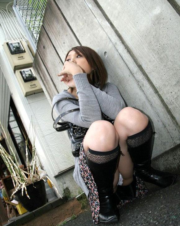【しゃがみ込みパンチラエロ画像】しゃがみ込んだ女の子の股間から視線がそらせないww 15