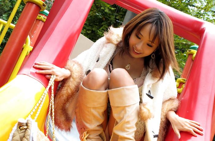 【しゃがみ込みパンチラエロ画像】しゃがみ込んだ女の子の股間から視線がそらせないww 21