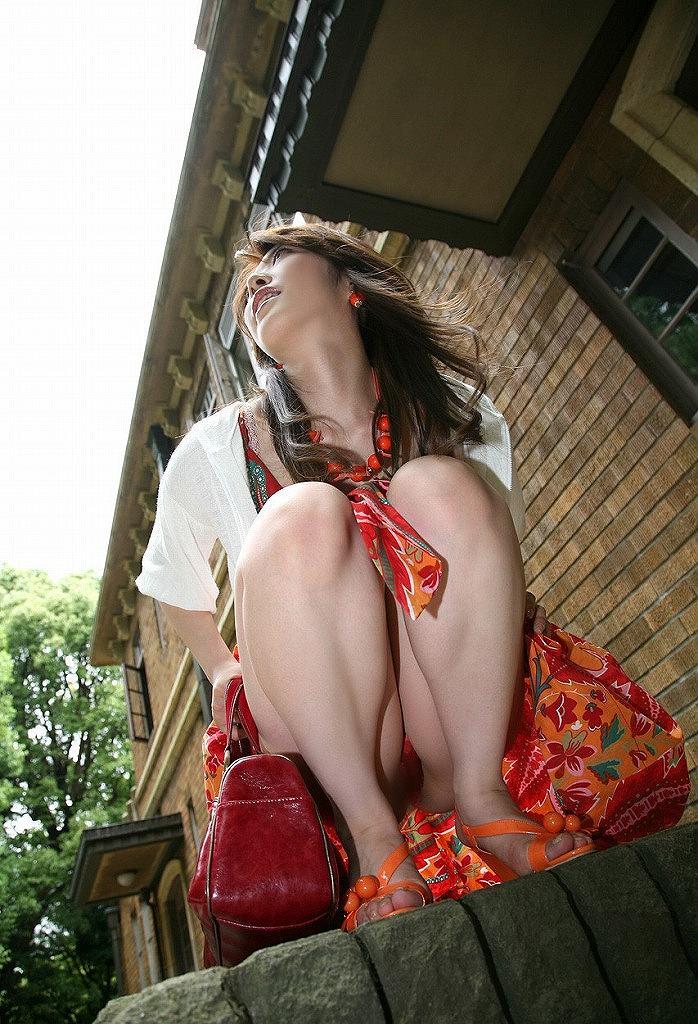 【しゃがみ込みパンチラエロ画像】しゃがみ込んだ女の子の股間から視線がそらせないww 23