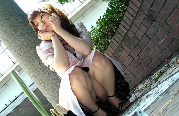 【しゃがみ込みパンチラエロ画像】しゃがみ込んだ女の子の股間から視線がそらせないww 25