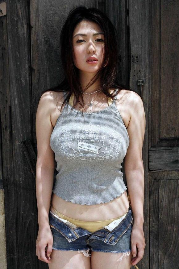 【着衣巨乳エロ画像】圧倒的なその存在感に思わず視線が胸元に釘付けwww 02