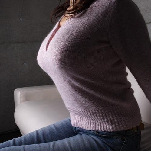 【着衣巨乳エロ画像】圧倒的なその存在感に思わず視線が胸元に釘付けwww 04