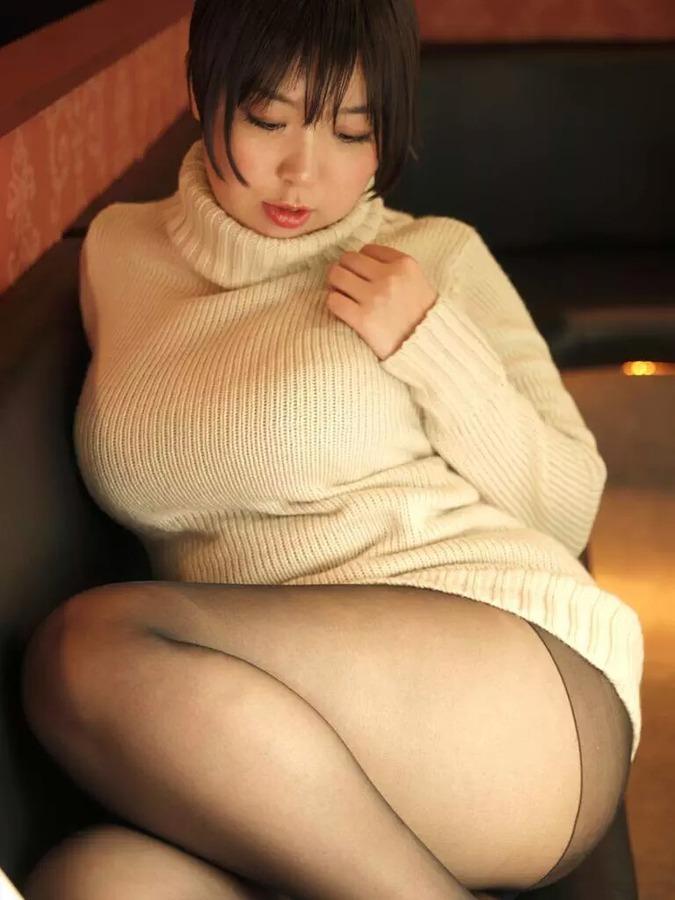 【着衣巨乳エロ画像】圧倒的なその存在感に思わず視線が胸元に釘付けwww 15