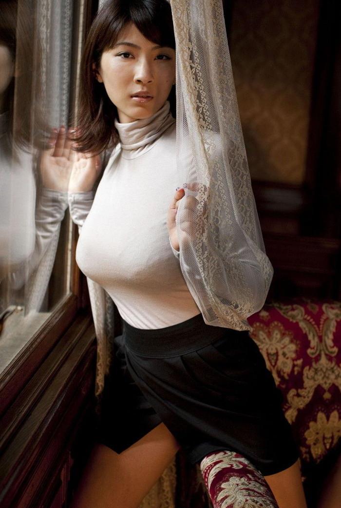 【着衣巨乳エロ画像】圧倒的なその存在感に思わず視線が胸元に釘付けwww 26