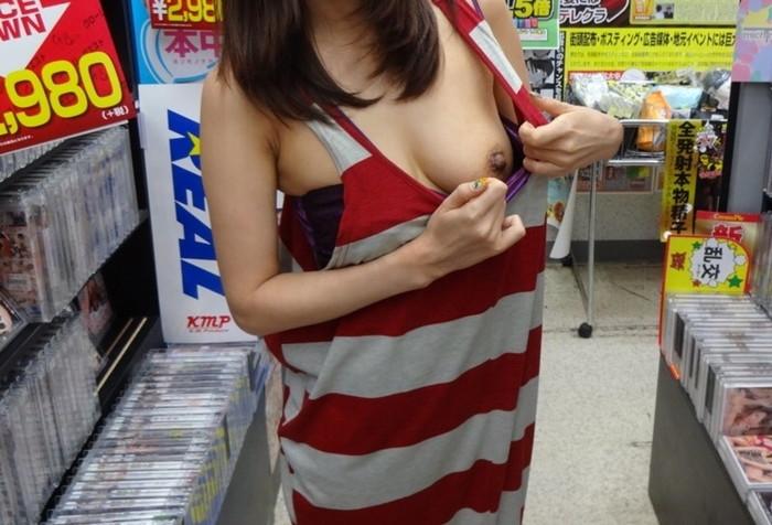 【店内露出エロ画像】ガチでヤバい!?営業中の店内で露出プレイとかマジかよww