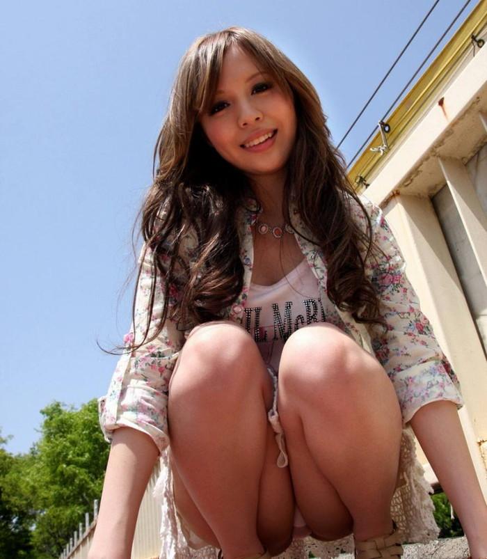 【しゃがみ込みパンチラエロ画像】しゃがみ込んだ女の子の股間から目が離せないパンチラ! 10
