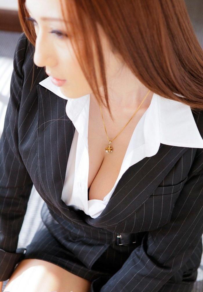 【谷間エロ画像】巨乳の女の子の胸元に見える谷間が愛おしすぎて草wwww 03