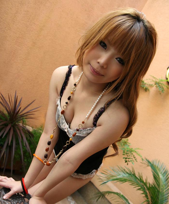 【谷間エロ画像】巨乳の女の子の胸元に見える谷間が愛おしすぎて草wwww 12