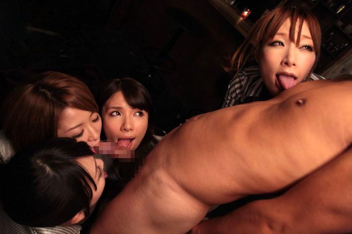 【ハーレムフェラエロ画像】複数人の女の子からフェラで奉仕される男が裏山すぎて涙目www 02